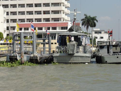 軍の船っぽい