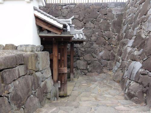 石垣に囲まれた門