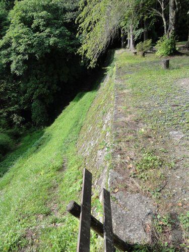 裏は断崖絶壁
