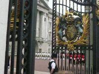 門を閉める警官