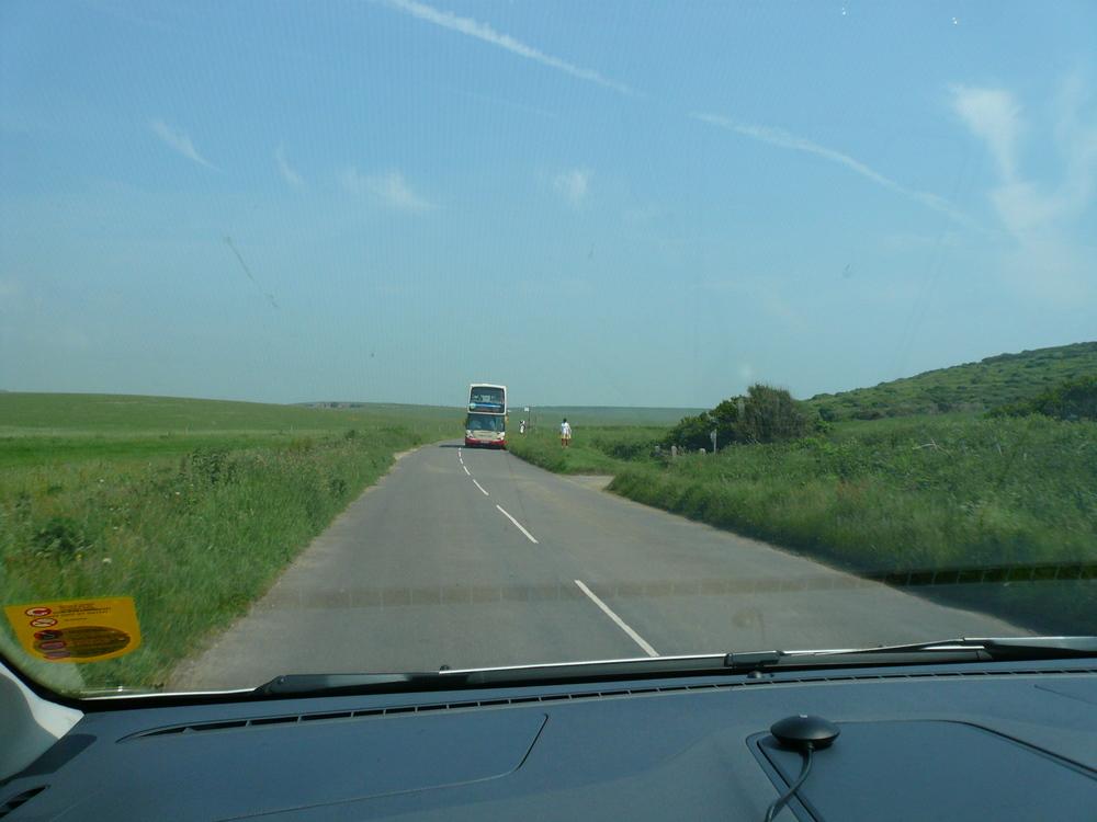 田舎道と二階建てバス