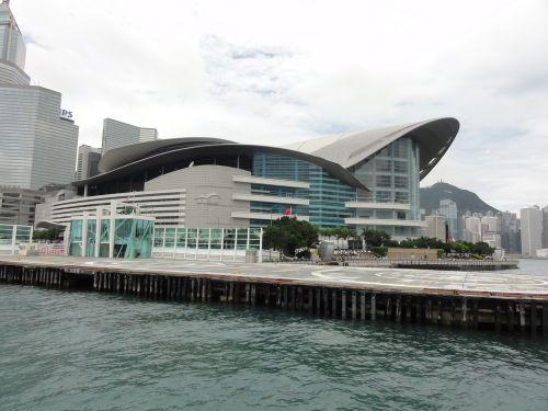 波打つ建物