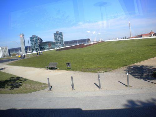 公園と、変な建物