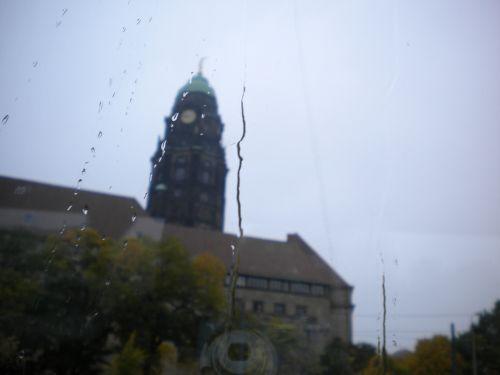雨降ってます