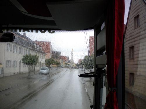 雨の道を行く