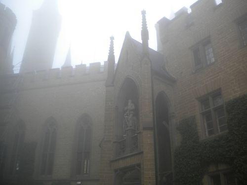 霧の中の教会かな?